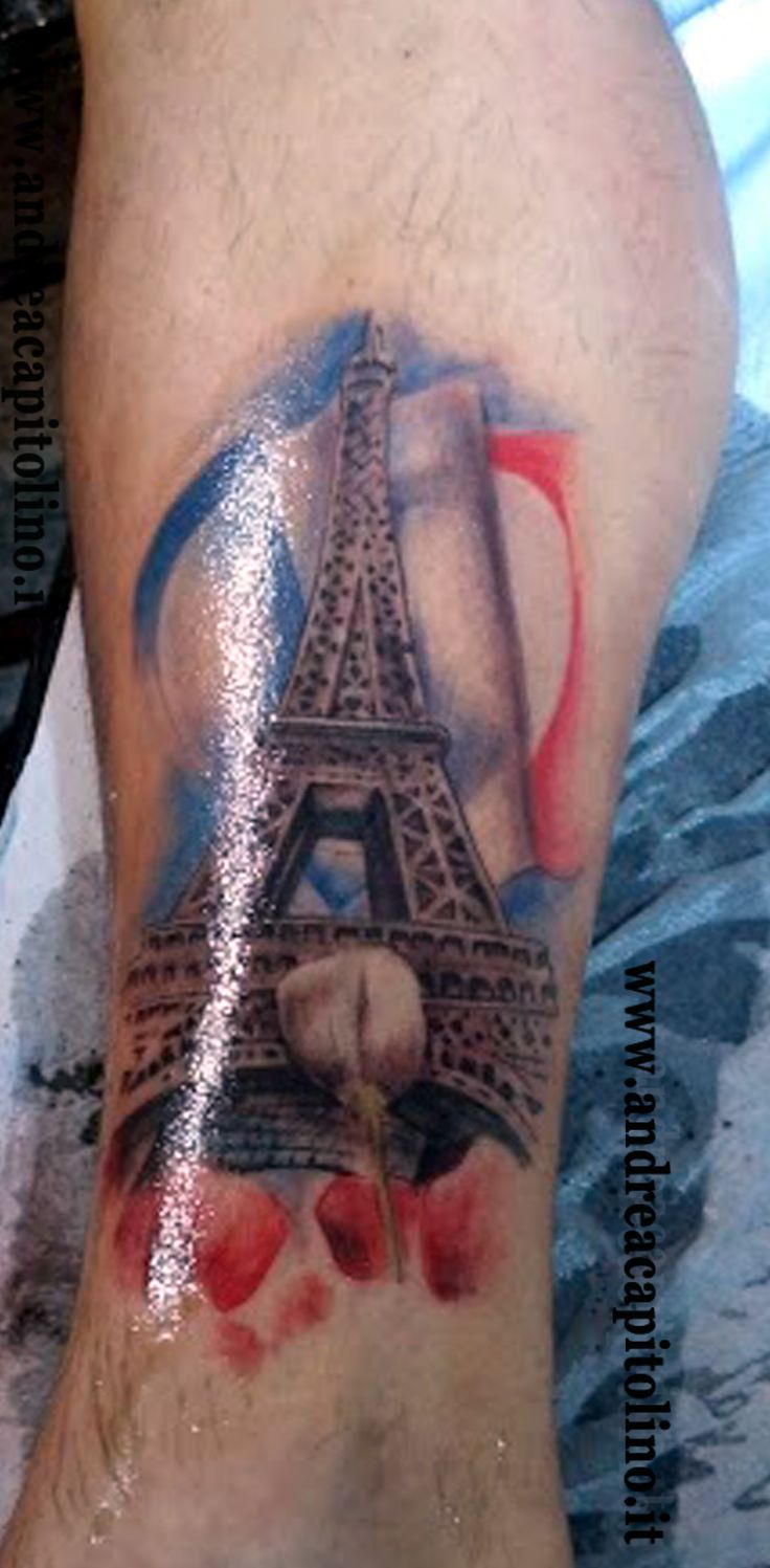 Tatuaggio realistico eseguito su una gamba rappresentante la Tour Eiffel. In primo piano dei tulipani rossi sulla quale si innalza un unico tulipano bianco. In alto, sullo sfondo, un cuore che si dispiega come una bandiera. I colori sono naturalmente quelli della Francia.