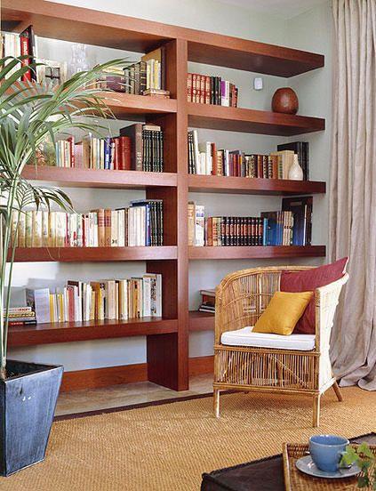 Modulares, de obra o de madera y hechas a medida, formada por baldas voladas... Te damos opciones para que elijas la librería o estantería que más se adapte a las necesidades de tu salón.