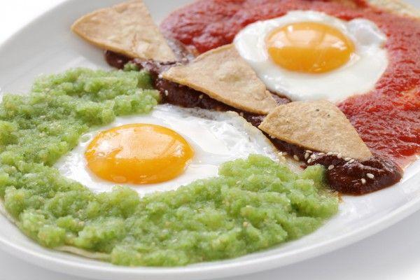 Receta de los famosos huevos divorciados, típico platillo mexicano para el desayuno.