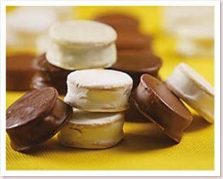 Ingredientes  Massa:  - 250 g de manteiga - 1 xícara (chá) de açúcar (160 g) - 3 gemas - 2 ½ xícaras (chá) de amido de milho (250 g) - 1 ½...