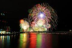 今年ももうすぐ花火の季節だね 島根県の松江市では毎年恒例の松江水郷祭湖上花火大会が行われます 西日本最大級ともいわれる花火大会で宍道湖の湖上から打ち上げられるから周囲のどの場所からもキレイに見れるよ 中国地方最大の2尺玉水中花火はとっても大迫力だから必見ですよ tags[島根県]