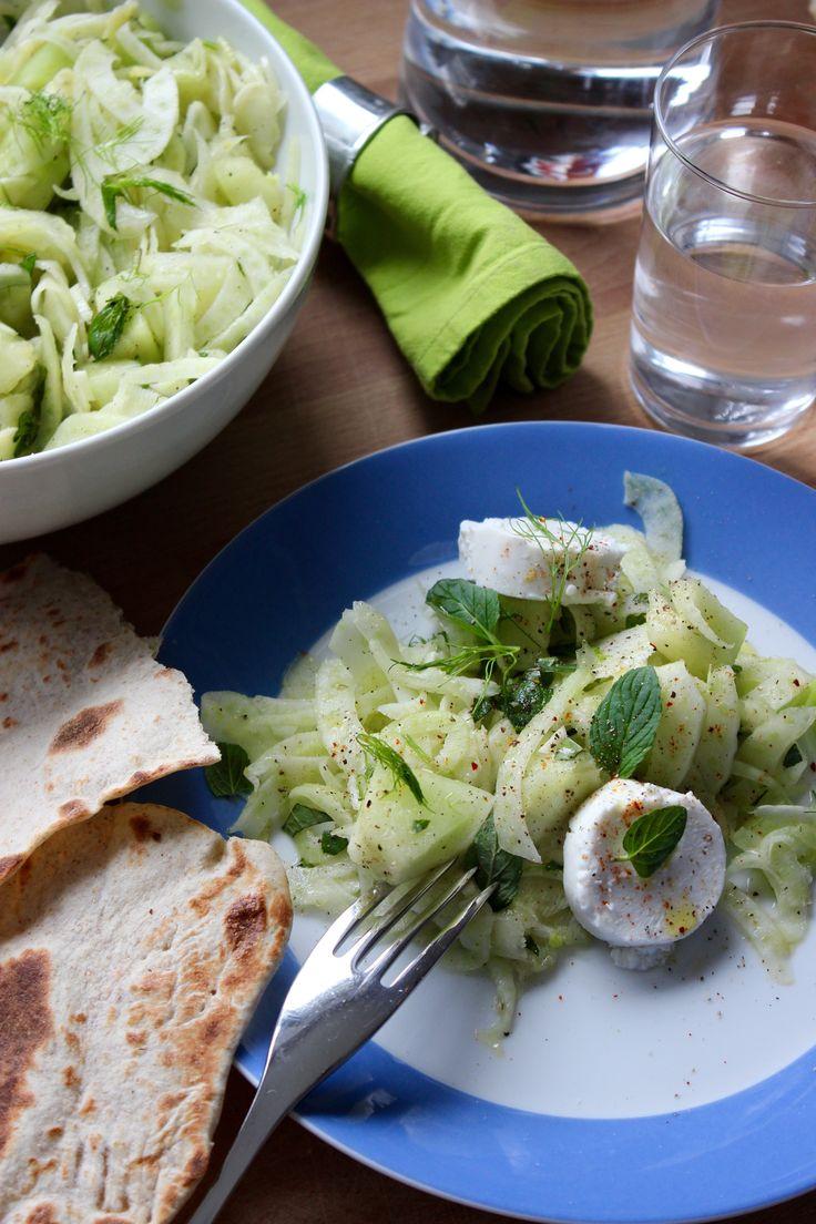 Sommersalat: Fenchel mit Melone, Minze und Ziegenkäse. Und Naan Brot.