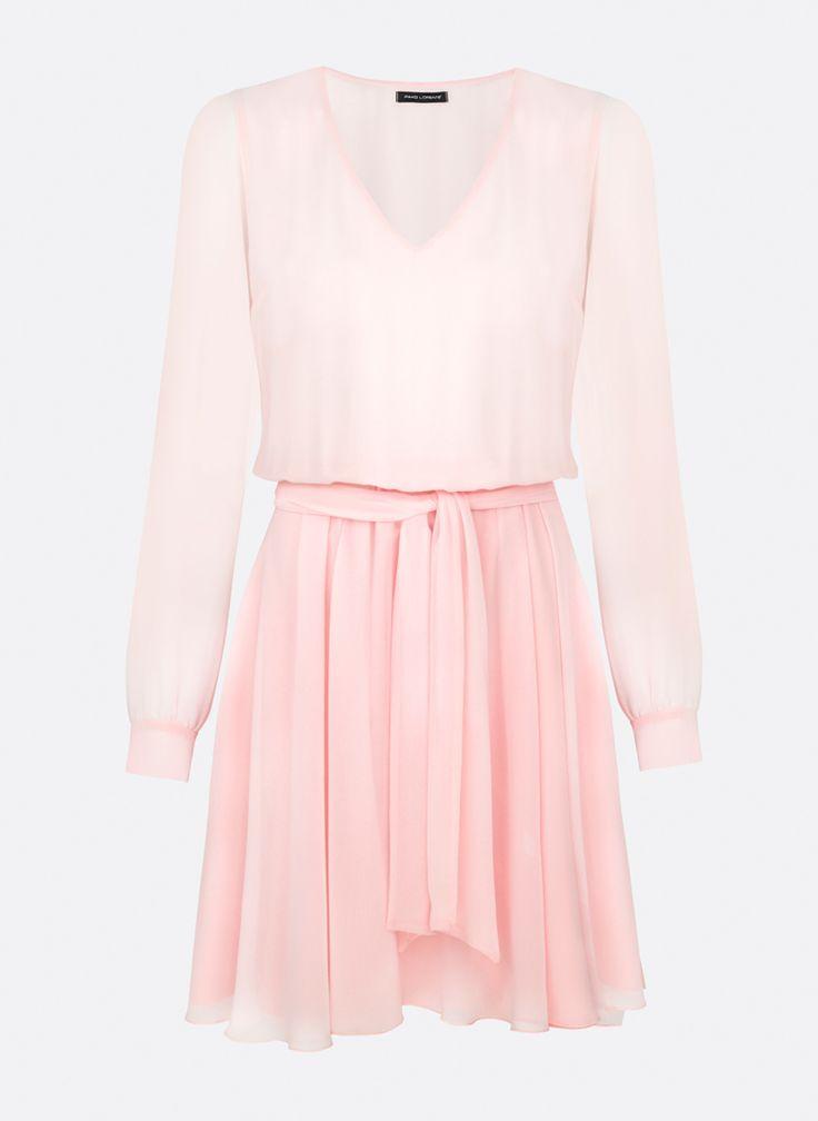Sukienka w kolorze pudrowego różu, wiązana paskiem w talii. Model z długim rękawem, mankiety zapinane na 3 guziki. Dekolt z przodu w kształcie litery V.