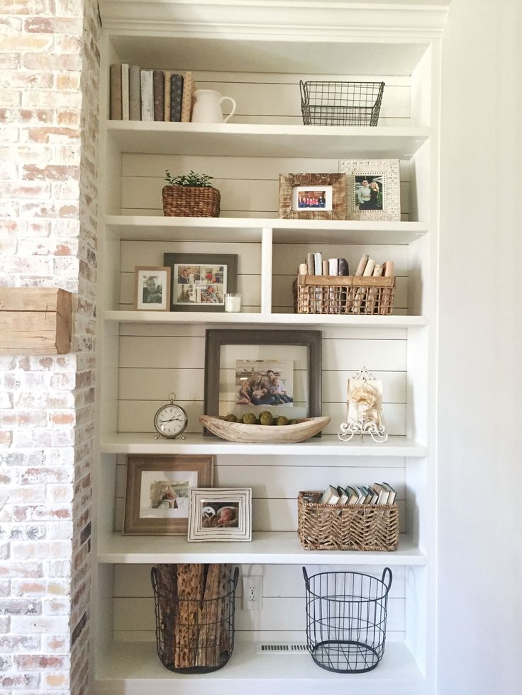 Built-in bookshelves styling and decor, shiplap, whitewash brick fireplace, rustic mantle, baskets #rusticfamilyroomdesign