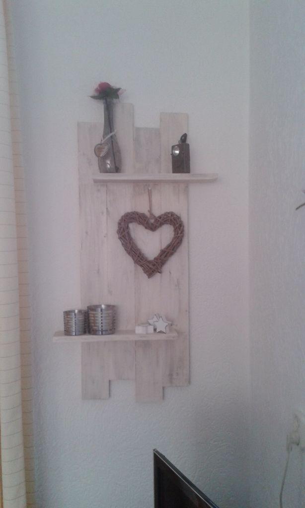 Van oud hout gemaakt. Daarna met white wash en grijze lak bewerkt.