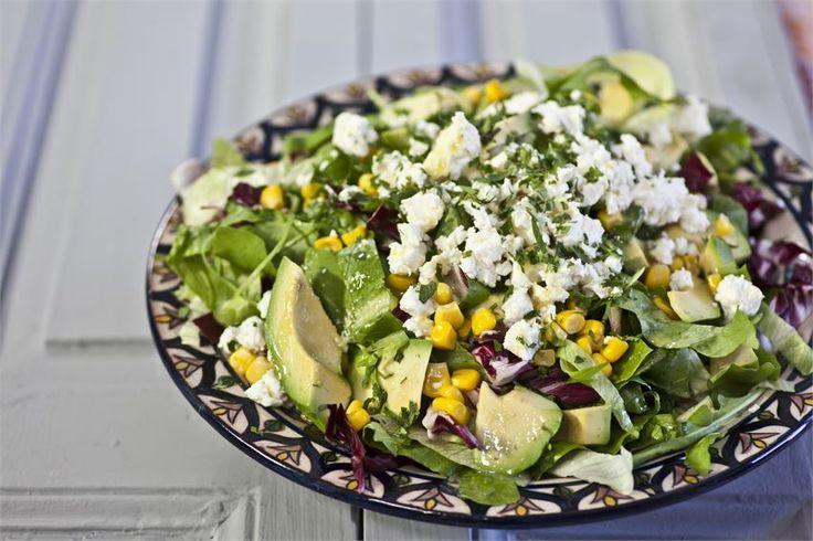 Πράσινη σαλάτα με αβοκάντο, φέτα και vinaigrette lime