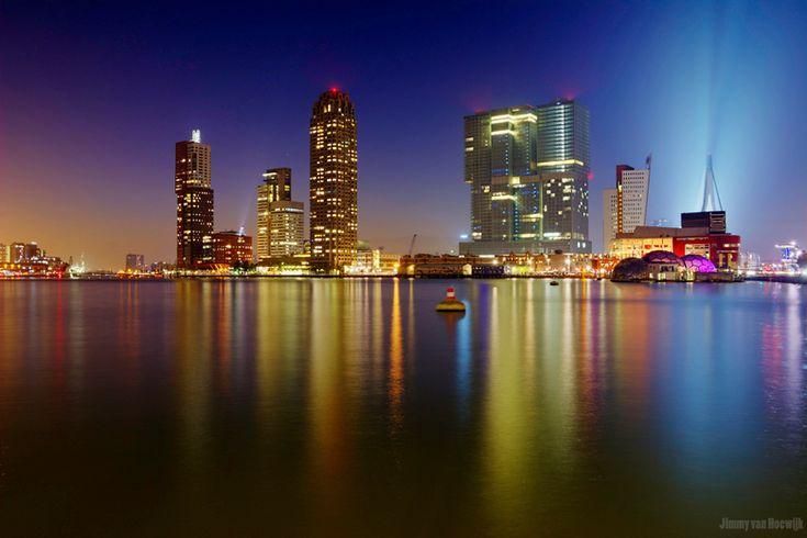 Dit is een skyline van Rotterdam. Ondanks dat ik het minder indrukwekkend vind dan andere steden is het alsnog mooi en past het goed bij 'De Stad'.