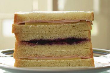 シンプルだけど美味しいです。 きゅうりのピクルスとハムでサンドイッチを作りました。 ピクルスさえあれば、簡単に…
