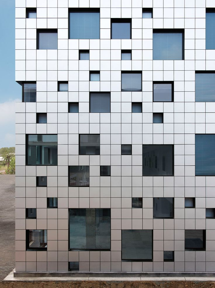 다양한 사각형들의 만남을 통한 패턴 구축 방법 모색. 그것을 정의하는 새로운 이름은 큐브와 튜브입니다. 연속되는 9개층은 스페이스는 내부를 관통하는 크로스 복도와 그것을 지탱하는 수직의 공간으로 구성됩니다. 이것은 가장 기본적인 유닛과 조합을 이루면서 다양한 크기의 사각형의 보이드를 만들어 냅니다. 이렇한 반복적인 패턴의 형성은 전체 건물의 입면을 구성하는 입면으로 투영되며 때로는 에어 테라스로, 때로는..