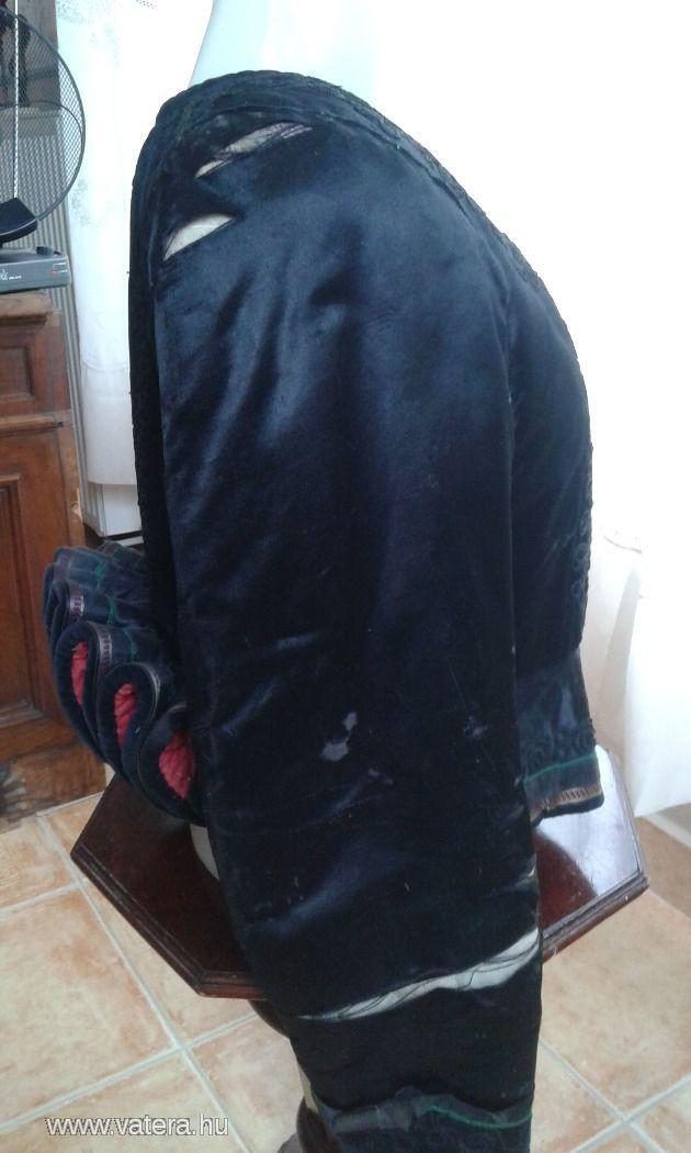 Régi szép muzeális fekete népi kabátka, fodros derék hátrész. Az úja sérült,szakadt.