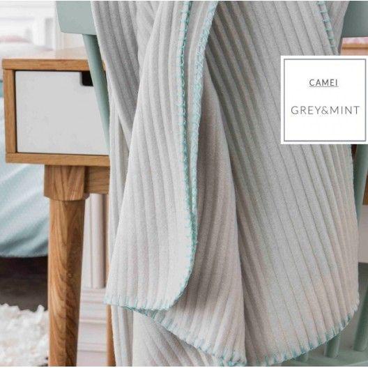 Dekorativní deky a přikrývky šedé barvy s růžovým obšitím ve francouzském stylu…