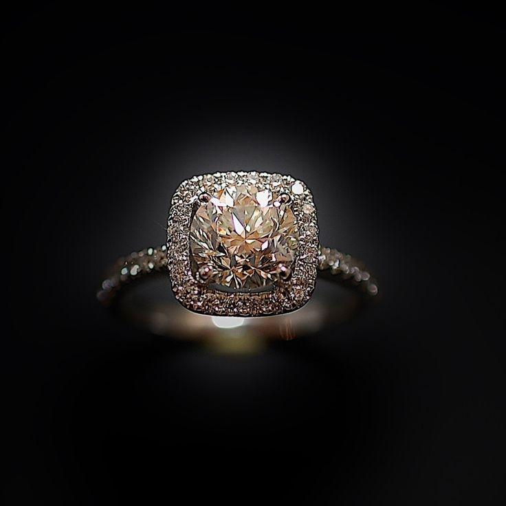à vendre : 8200€  Solitaire en or 18k serti en son centre sur 4 griffes d'un Diamant naturel taille brillant de 1.67 Cts + 0.30 Cts autour et sur les côtés Couleur : I ( blanc Nuancé ) Pureté : SI2 ( Petites inclusions) diamètre pierre 7.2 mm poids brut : 4.10 gr Taille 52 Prix neuf du diamant seul : 11297 € Livré avec certificat LFG de Paris mise à la taille offerte Vendu avec Facture