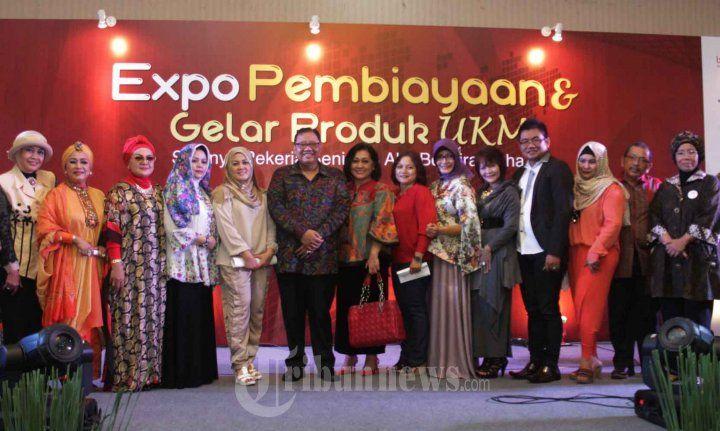 UKM ARTIS - Suasana acara Expo Pembiayaan dan Gelar Produk UKM yang diikuti pekerja seni, di Gedung Semsco, Jakarta Selatan, Jumat (20/11/2015). Pekerja Seni tidak hanya artis, seperti musisi, penyanyi, pemain film, pencipta lagu, penulis puisi, dan seniman seperti pemahamam orang, Pekerja Seni kini sudah melintasi ramah kerja kreatif maha luas. WARTA KOTA/NUR ICHSAN