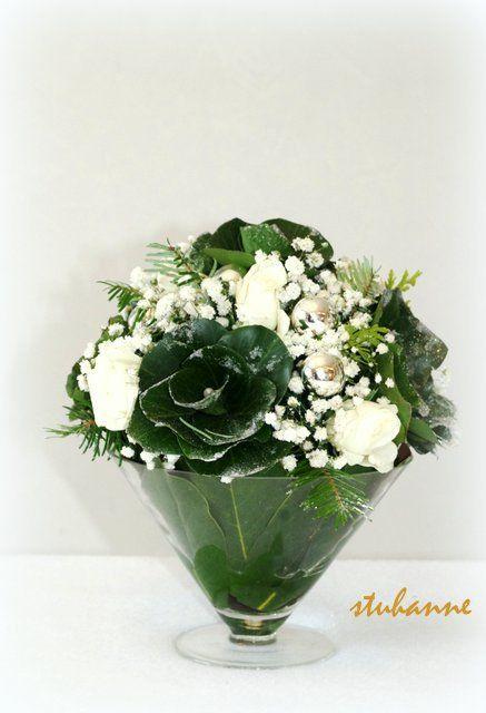 J-7 AVANT NOËL - Une compo verte et blanche aujourd'hui. J'ai réalisé les fleurs avec des feuilles de lierre que j'ai ensuite recoupées en arrondi. à demain pour une autre compo