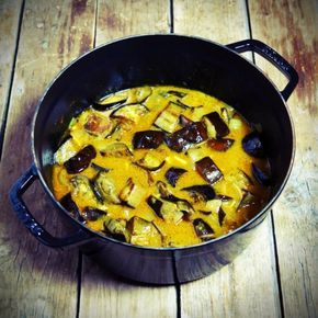Auberginen-Curry zum Servieren mit Basmatireis für ein komplettes Gericht …