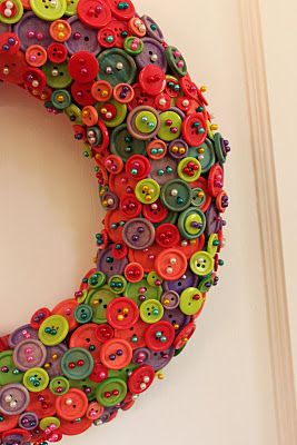 make your own button wreath... Oh good, I was just thinking how I had 597 hours to kill.