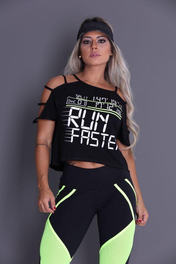 Regata para academia com estampa centralizada. Decote nas costas com tiras trançadas que deixam o seu look fitness super ousado e moderno.