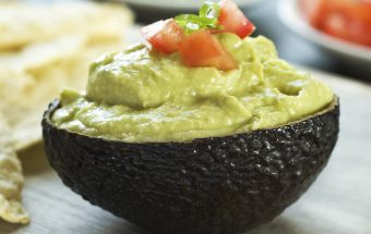 Майонез из авокадо- полезная и вкусная альтернатива обычному майонезу. Незаменимый соус во время поста. Авокадо содержит массу питательных веществ, в том числе необходимые для нашего с вами здоровья витамины, минералы и полезные жиры. Майонез, приготовленный из этого плода, можно использовать для заправки салатов, приготовления бутербродов или как соус к различным блюдам.