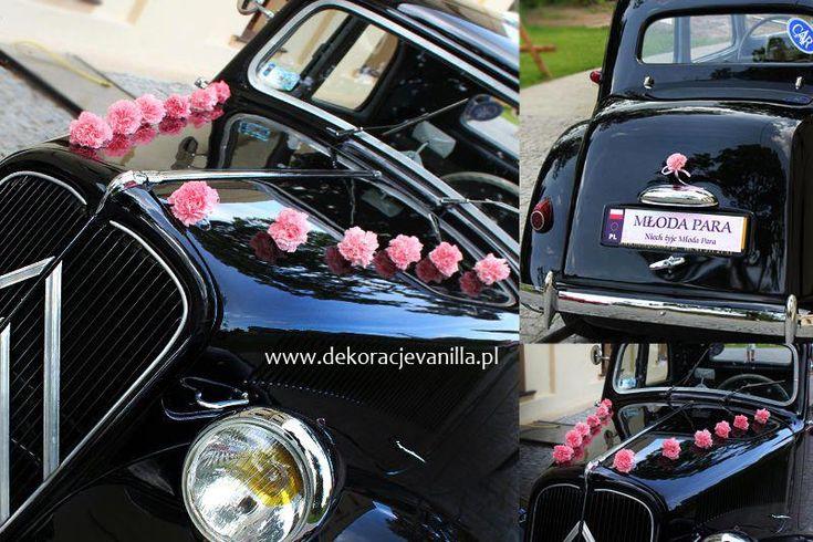Dekoracja auta z różowym goździkiem