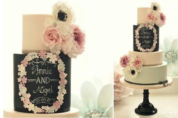 Combinatie van een laag mint kleurige taart en een laag chalkboard taart. (by Cotton & Crumbs)