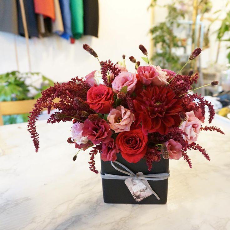 어른분들 선물로 요 붉은 센터피스가 인기만점이네요👍🏻 오늘 수강생 작품🌹❤️ 좋은 선물 되길 바랄께요😘 - - #beigebud#Flower#flowers#Florist#Flowergram#Flowershop#Flowerclass#Flowerlesson#onedayclass#Flowermarket#pink#instadaily#베이지버드#꽃#꽃스타그램#플로리스트#플라워클래스#플라워레슨#꽃꽂이#꽃꽂이수업#취미꽃꽂이#태교꽃꽂이#원데이클래스#꽃시장#꽃주문#일상#테이블센터피스