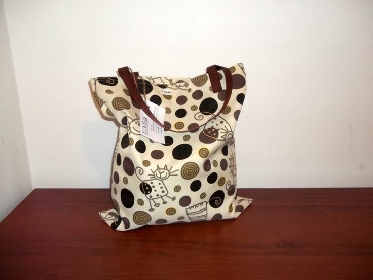 MIEJSKA MODA   Idealna torba na zakupy, do biblioteki bądź szkoły.   Uszyta z wodoodpornej tkaniny - wzór kółka,kotki.   Posiada dwa uchwyty do nos...