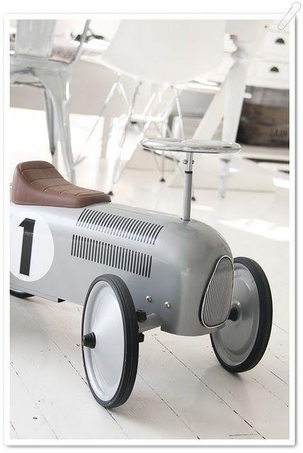 Zo ontzettend leuk, zo'n retro trapauto! Mooi voor op een hippe babykamer. Loopauto. Loopwagen. via http://babykamer-jongen.nl