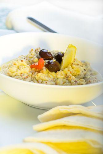 Cette trempette à l'aubergine se sert en entrée avec des pointes de pain pita grillées ou des tranches de pain de campagne.