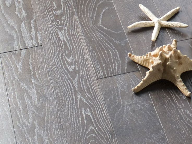 К выбору покрытия паркетной доски нужно отнестись серьезно, что бы потом не было разочарований.Лак-это пленка, которая покрывает паркетную доску, защищает ее от истераний.Но большим минусом, является то, что лак можно поцарапать. Масло-это экологически чистый продукт, который имеет  высокую степень защиты, чем лак.Масло, глубоко проникает в структуру древесины, что позволяет создать более натуральную текстуру древесины. Но как говориться «на вкус и цвет товарищей нет», по этому выбор за…