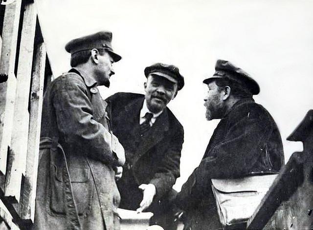 León Trotsky, Vladimir Lenin y Lev Kámenev (Moscú, 1920)    Foto tomada a León Trotsky, Vladimir Lenin y Lev Kámenev durante un congreso del Partido Comunista, el 6 de mayo de 1920.