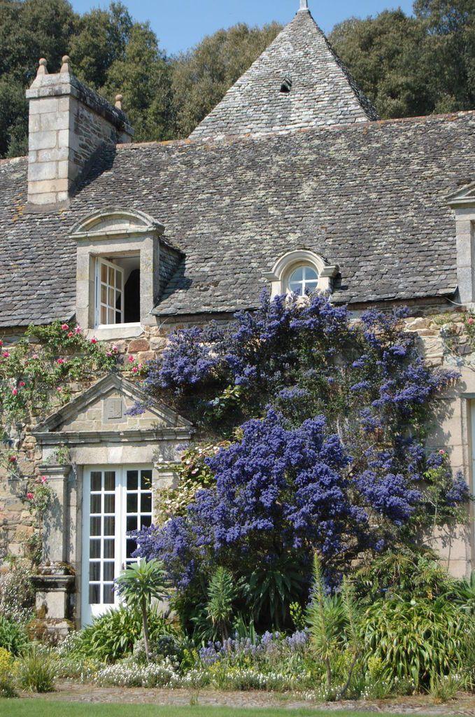 Les Jardins de Kerdalo dans les Côtes d'Armor entre Paimpol et Lannion. Un vieux manoir niché dans une vallée de 16 hectares ou sont rassemblées plus de 9000 espèces végétales.