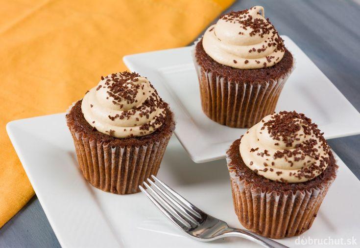 Čokoládovo-kávové cupcakes plnené karamelom
