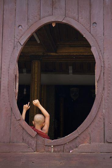 Koop 'Jonge monnik in ovaal venster' van Carolien van den Brink voor aan de muur.