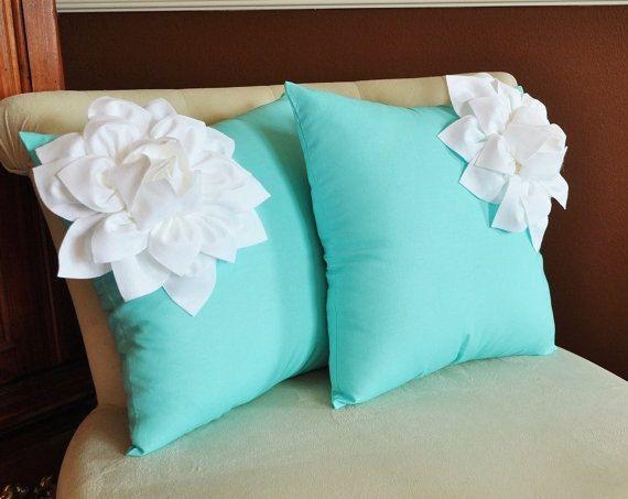 DEUX oreillers décoratifs blanc coin Dahlia sur des par bedbuggs