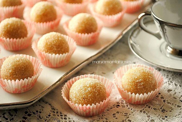 Queste palline di mandorla sono dei piccoli bon bon deliziosi che si preparano giusto in 5 minuti, il tempo di assemblare gli ingredienti.