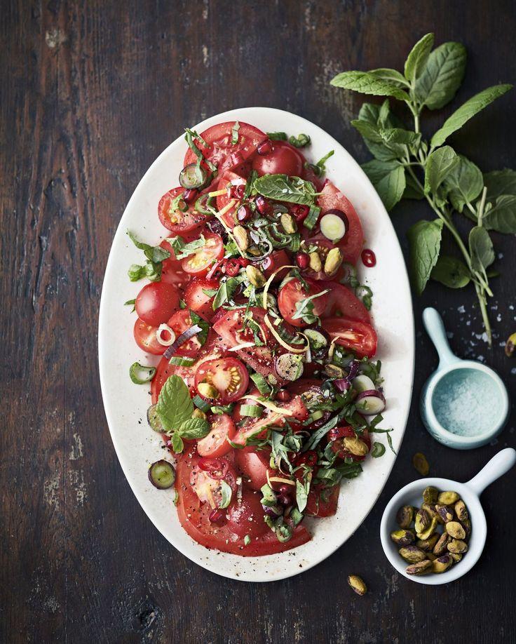 Tomaatin perinteiset makuparit sipuli ja basilika saavat rinnalleen minttua, pähkinöitä ja granaattiomenan siemeniä. Halutessasi ripottele...