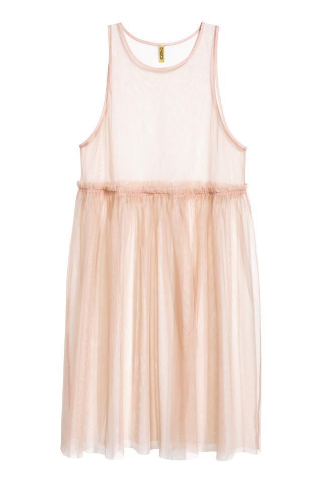 Платье длиной до середины икры и прозрачного тюля. Модель без рукавов, с отрезной талией и юбкой в складку. Просторный фасон.