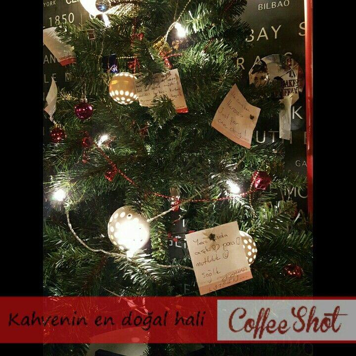 Ağacımız dileklerinizle doldu.  Yılın ilk günlerinde hala dileklerinizi yazabilirsiniz.  #coffeeshot #coffeeshots #mudanya #mütarekemeydanı #yeniyıl #yılbaşı #yılbaşıağacı #dilekler #beklentiler #hayaller  #sağlık #huzur #noel #merrychristmas #christmas #2016 #mutluyıllar