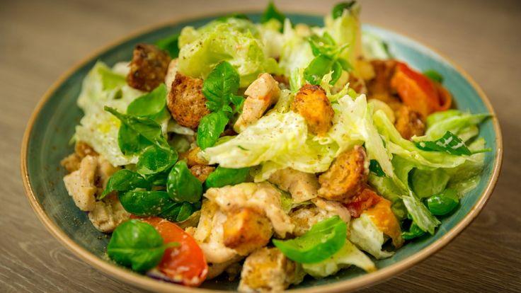 Kylling, brødbiter, tomater, rødløk og blomkål stekes i ovnen før alt blandes med salatblader, bønner og basilikum. Sunn og lettvint middag.