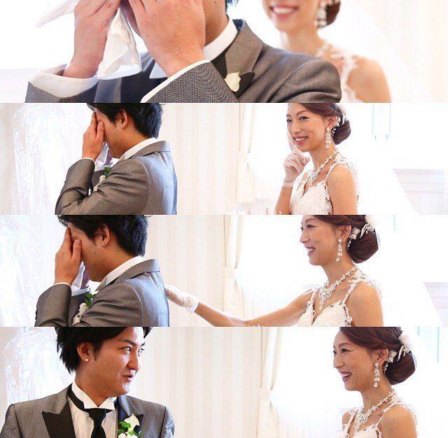 """・ #namo_weddingreport▷▶︎▷ ファーストミート♡❤︎ 友達から薔薇の花束をもらい、ハイテンションになった所で、目隠ししてもらいながらバックで部屋に入って来てもらいまし(*>ω<*)♡(笑) ・ ・ 私のドレスを見るのはこれが初めて♡!! 「お""""っ!!」って顔がウケる(≧▽≦)!! 「すげーな!!こんな長いドレス見たことないよ!!」 っと、泣くでもなく驚きの連続でブライズルームは笑い声でいっぱいでした♡ 予想通りの反応で、やってよかったなぁ~っ♪って思いました(*ˊૢᵕˋૢ*) 彼に内緒にしている方なら、是非やってもらいたいです(๑♡∀♡๑) ・ ・…"""