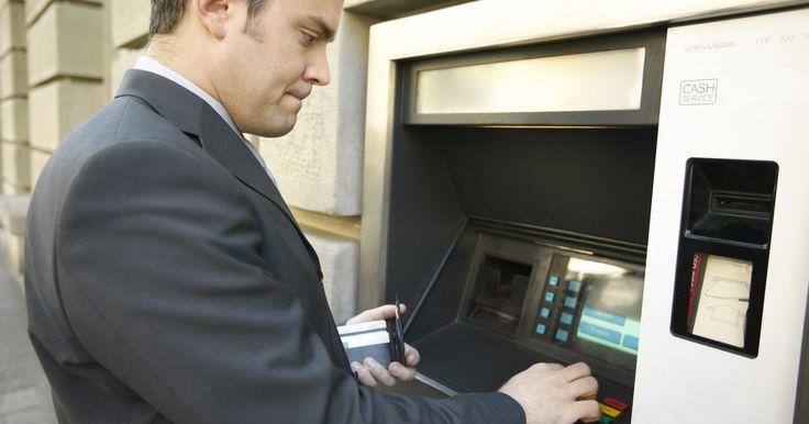 Qué hace un cajero automático con una tarjeta olvidada en el cajero automático. El cajero automático o ATM (por sus siglas en inglés) puede parecer que tiene una mente propia. Te envía un saludo, a veces verbalmente, utilizando tu nombre. Interpreta tu código secreto y, a continuación, te da dinero. Si te distraes y te marchas sin tu tarjeta ATM, la retiene para que no caiga en las manos equivocadas. La tecnología puede ...