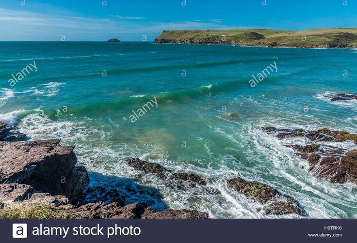 Download this stock image: Approaching wave at Polzeath in North Cornwall…