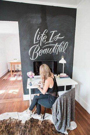 Y si sueles cambiar de gustos muy seguido, cubre una pared con pintura para pizarra, y decórala como quieras, siempre vas a poder borrar y hacer algo nuevo. | 16 Ideas geniales para decorar una pared en tu habitación