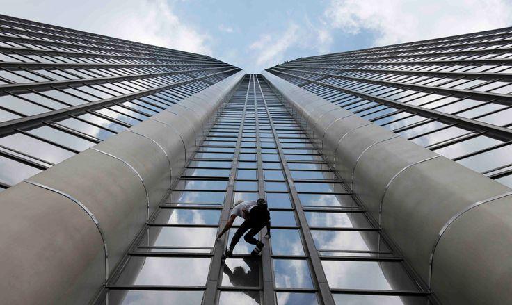 Alain Robert, el 'spiderman' francés, conocido por sus atrevidas escaladas en zonas urbanas, logró escalar por la fachada de la Torre Montparnasse, el edificio más alto de París. (Reuters)