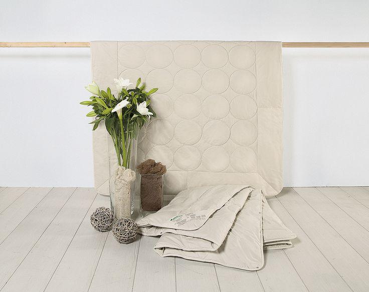 """Die Kamelflaumhaar/Seide-Kombi-Bettdecke """"Calida"""" aus zwei Bettdecken mit unterschiedlichen Füllgewichten schafft ein traumhaftes Schlafklima. Eine leichte Sommerdecke mit kühlender Bio-Seide wirkt auch bei hohen Temperaturen sehr klima-regulierend und feuchtigkeitsausgleichend. Die schwerere Decke ist mit 100% Kamelflaumhaar gefüllt. In Verbindung ergeben beide Decken ein herrlich warmes und dennoch ausgleichendes Steppbett für die kalten Monate."""