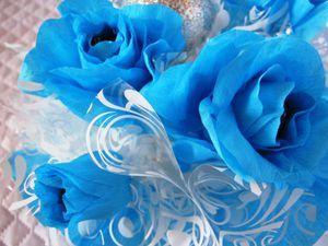 Сегодня мы с вами будем делать сладкий букет в подарок на Новый год :)Для изготовления букета потребуется: - крепированная или гофрированная бумага; - проволока, конфеты «Марсианка»; - оберточная бумага, горшок; - елочная игрушка шарик(или любая другая на ваше усмотрение); - шишка, блестки, лак для ногтей; - клеевой пистолет, ножницы; - прочные нитки, зубочистки; - пенопласт или флористическая…