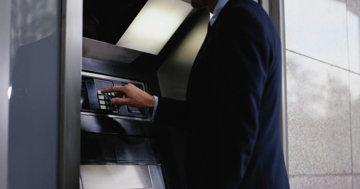 Cómo activar una tarjeta para cajero automático. Cuando recibas una nueva tarjeta de cajero automático o ATM, si abres una nueva cuenta de banco o tu tarjeta expira, debes activar la tarjeta antes de usarla por seguridad. No querrías que cualquiera pudiera tomar tu tarjeta de tu correo y la use. También, ten precaución cuando recibas una tarjeta de débito en el correo, particularmente si no ...
