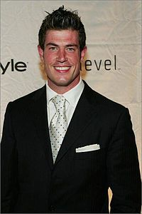 Jesse Palmer saves Chris Fowler from choking with Heimlich Maneuver