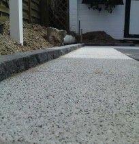 Sierbestrating met kleurechte betontegels.