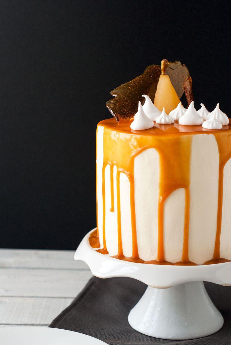 Un avant-goût d'automne avec ce layer cake plein de gourmandise ! J'ai associé deux goûts que j'aime beaucoup en pâtisserie: la poire et le caramel, le tout accompagné de petites meringues croquantes et d'un nappage caramel beurre salé. La base gâteau est très dense (un mud cake au caramel), il est garni d'une crème fouettée légèrement sucrée et de dés de poires pochées à la vanille. Je l'ai ensuite recouvert d'une crème au beurre à la meringue suisse parfumée à la poire et nappé de caramel…